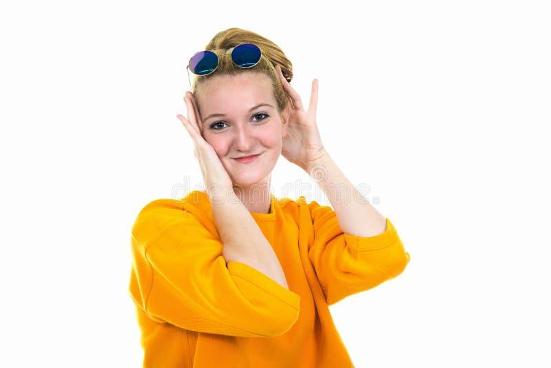 Portret van gelukkige jonge blondevrouw in en zonnebril die flirten glimlachen royalty-vrije stock afbeelding