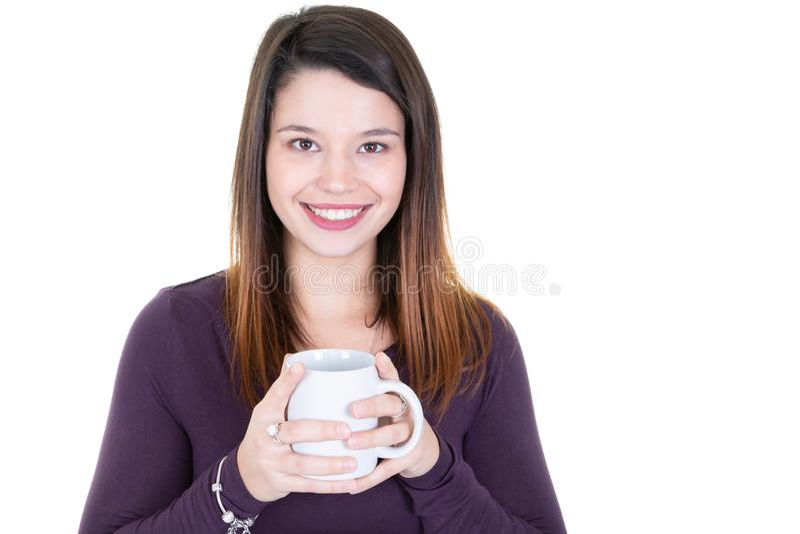 Portret van gelukkige jonge donkerbruine vrouw met mokkop thee royalty-vrije stock foto