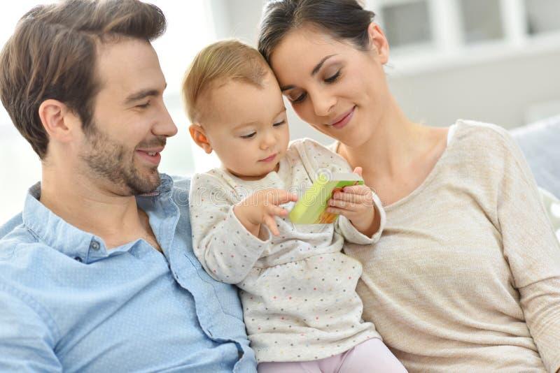 Portret van gelukkige jonge familie thuis royalty-vrije stock foto's