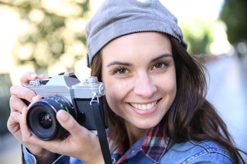 Portret van gelukkige jonge fotograafvrouw stock afbeeldingen