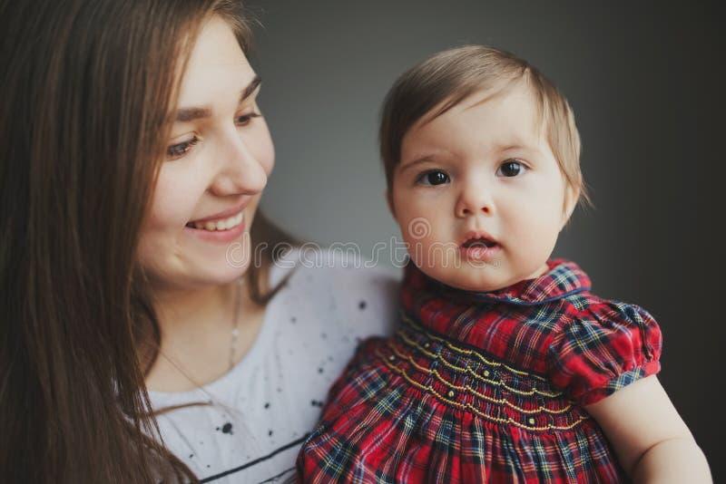 Portret van gelukkige jonge moeder met dochter stock foto
