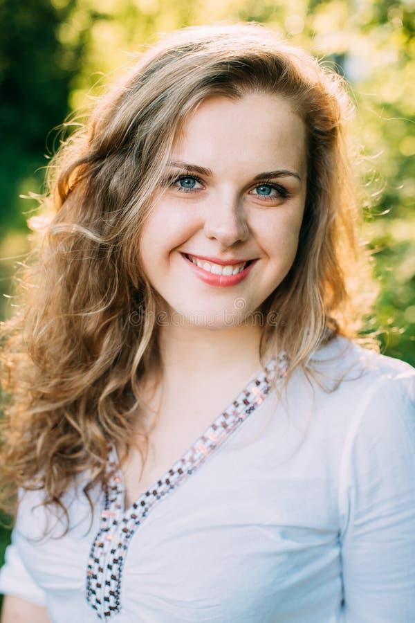Portret van Gelukkige Jonge Mooi vrij plus Grootte Kaukasisch Meisje stock foto's