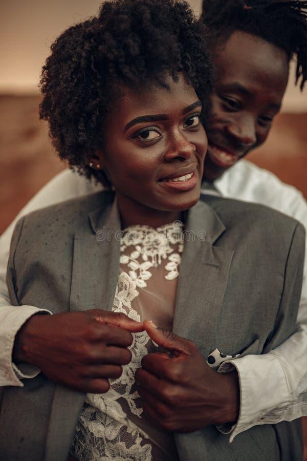 Portret van gelukkige jonggehuwden royalty-vrije stock foto's