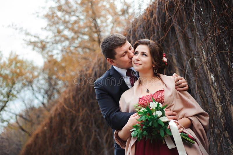 Portret van gelukkige jonggehuwden in de herfstaard Gelukkige bruid en gr. stock foto