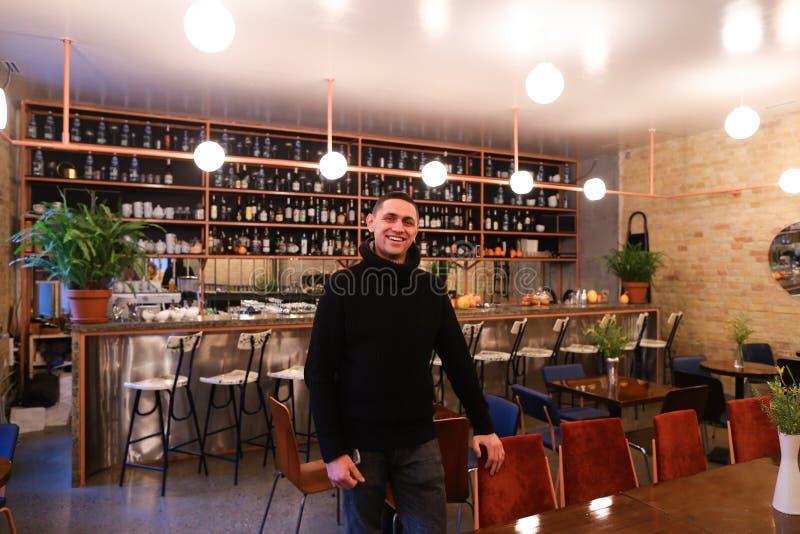 Portret van gelukkige kerel en eigenaar van restaurant, die en KMIO stelt stock afbeeldingen