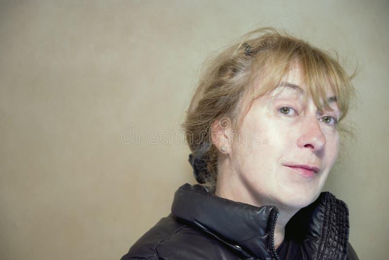 Portret van Gelukkige Kijkende Vrouw stock fotografie