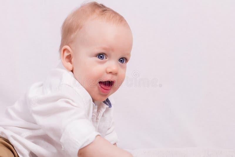 Portret van gelukkige leuke de jongen van de éénjarigenbaby tegen Lichte achtergrond stock fotografie