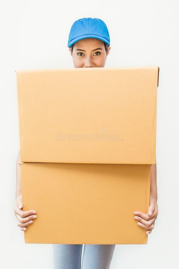 Portret van gelukkige leverings Aziatische vrouw haar handen die kartondoos houden royalty-vrije stock afbeeldingen