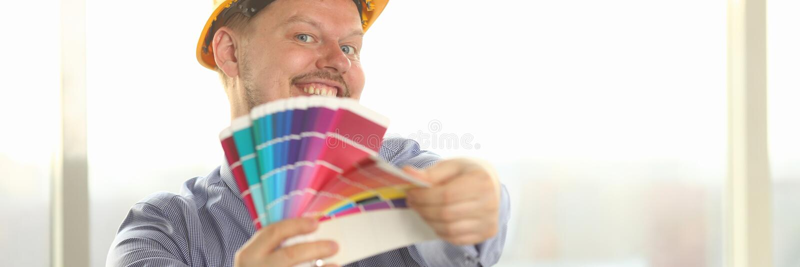 Portret van Gelukkige Mannelijke Ontwerper Hold Color Palette stock afbeelding