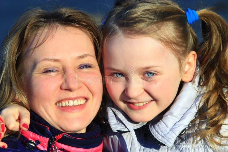 Portret van gelukkige moeder en dochter stock fotografie