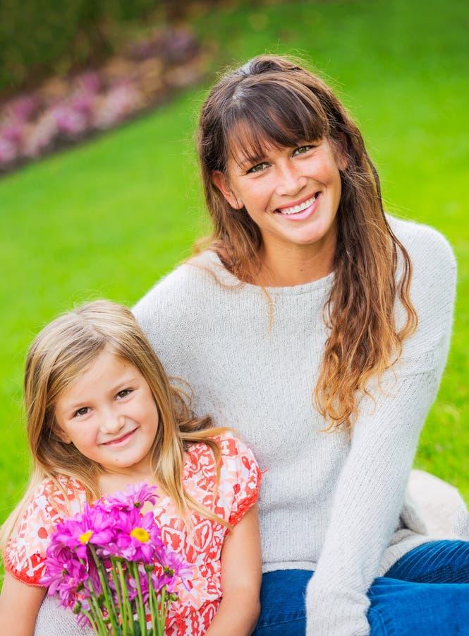 Portret van gelukkige moeder en dochter royalty-vrije stock fotografie