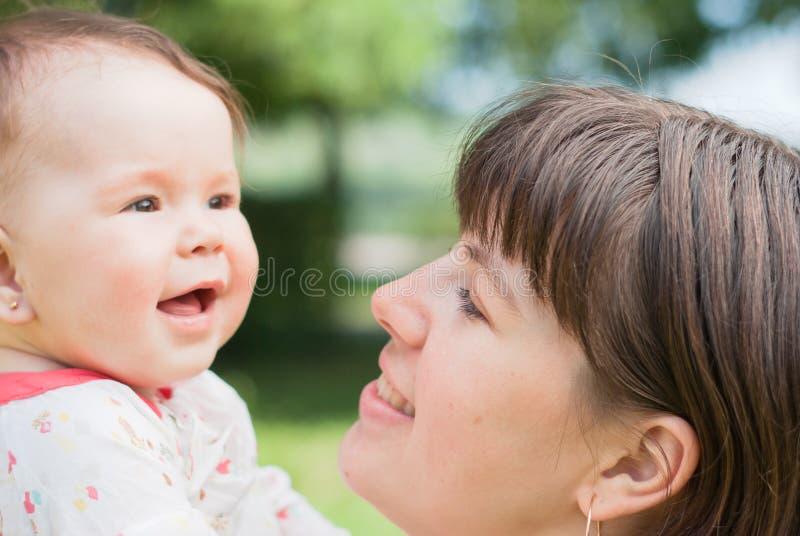 Portret van gelukkige moeder en weinig dochter royalty-vrije stock fotografie