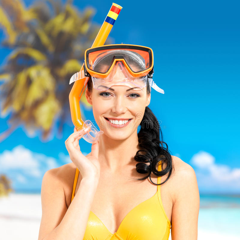 Portret van gelukkige mooie vrouw bij strand stock afbeeldingen