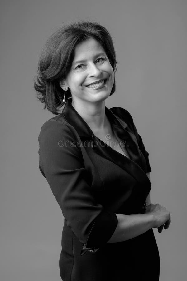 Portret van gelukkige onderneemster in zwarte kleding stock foto's