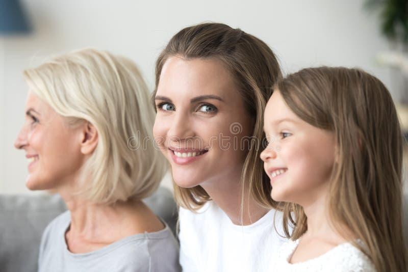 Portret van gelukkige positieve kleindochtermoeder en grootmoeder royalty-vrije stock foto's