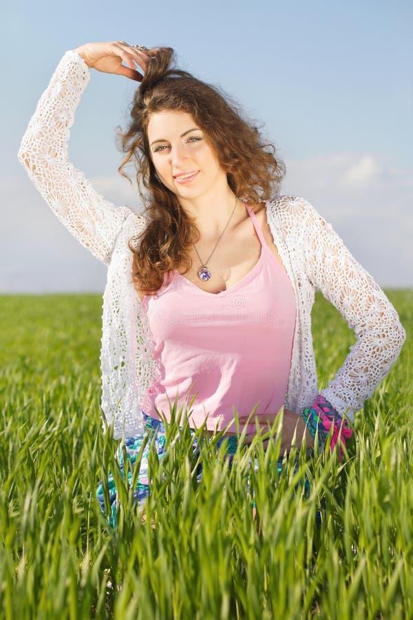 Portret van gelukkige schitterende jonge vrouw royalty-vrije stock foto's