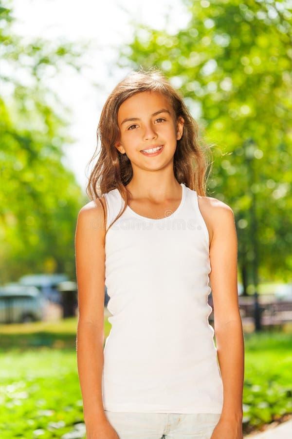 Portret van gelukkige tiener in het park stock foto