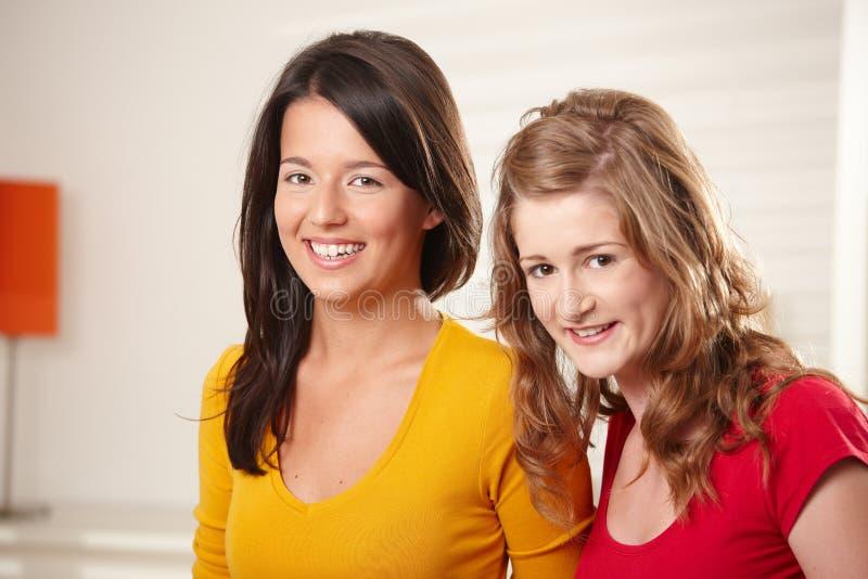 De meisjes die van de tiener samen glimlachen royalty-vrije stock foto's