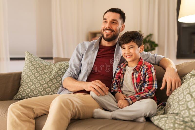 Portret van gelukkige vader en weinig zoon thuis stock foto