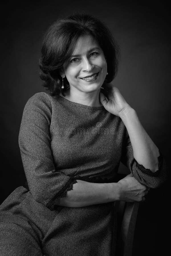 Portret van gelukkige vrouw in grijze kleding stock afbeeldingen
