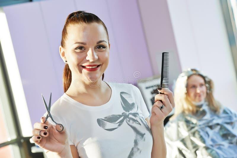Portret van gelukkige vrouwelijke kapper royalty-vrije stock foto