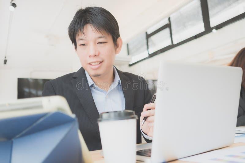 Portret van gelukkige zakenman, Concept jonge bedrijfsmensen royalty-vrije stock afbeeldingen