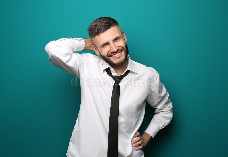 Portret van gelukkige zakenman op kleurenachtergrond stock afbeeldingen
