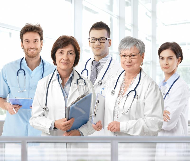 Portret van gemengd oud medisch team royalty-vrije stock fotografie