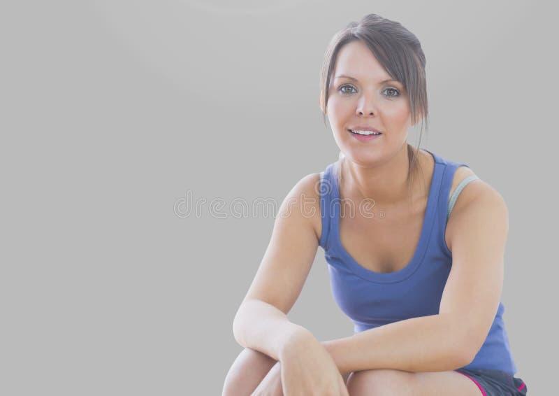 Portret van geschikte sportieve vrouw met grijze achtergrond stock afbeeldingen