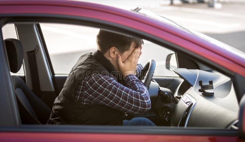 Portret van geschokt mannelijk bestuurders sluitend gezicht met handen royalty-vrije stock fotografie