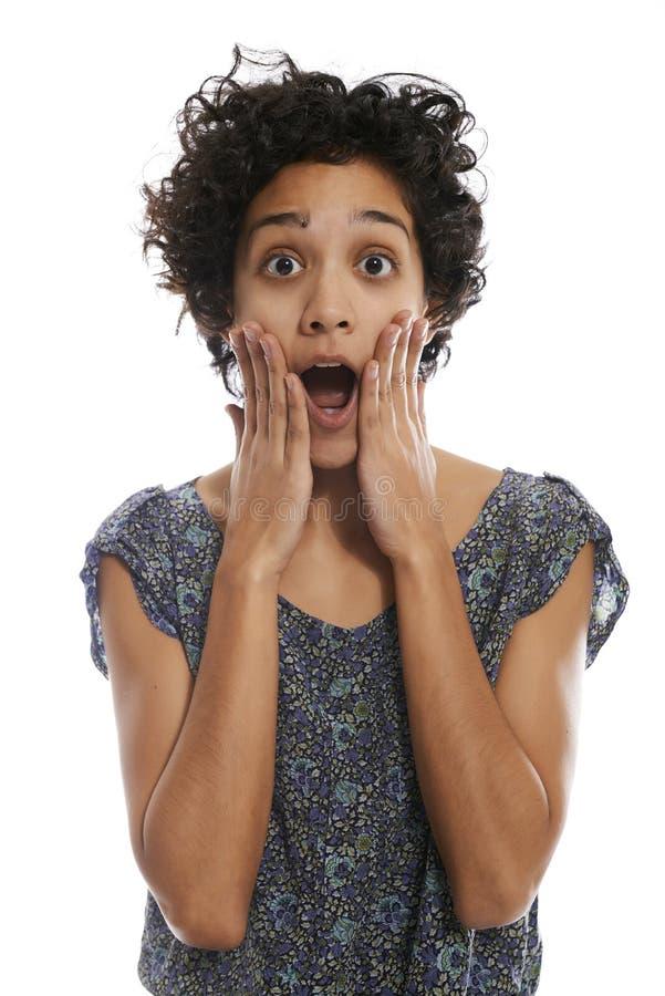 Portret van geschokte Spaanse vrouw met open mond stock afbeelding