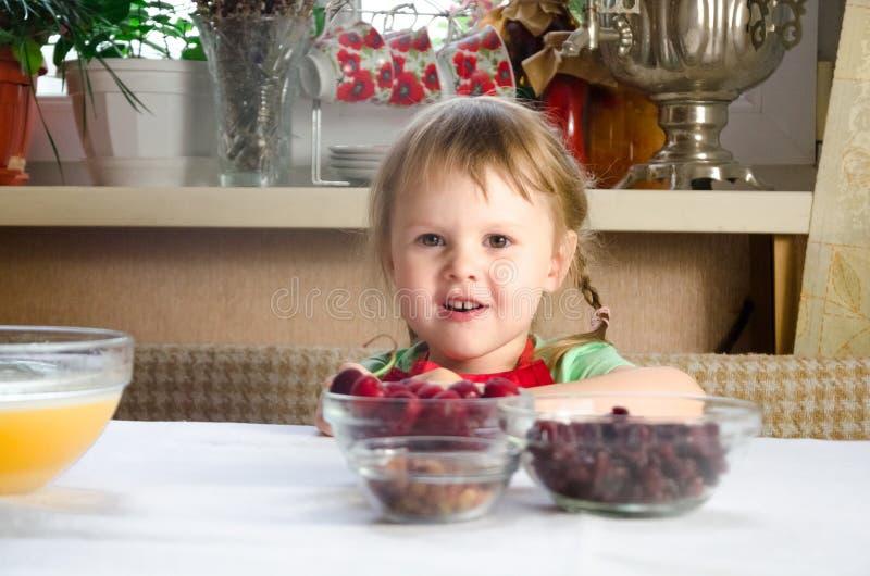 Portret van gezichten, handen gelukkige kleindochter het nieuwsgierige spel van het peutermeisje met baksel, deeg, bloem op keuke stock foto