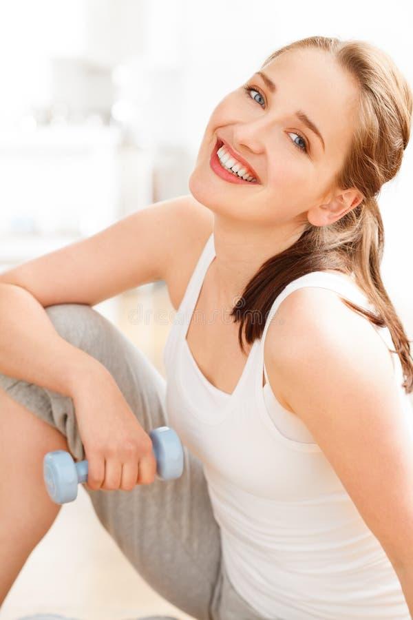 Portret van gezonde gelukkige jonge vrouw bij gymnastiek stock afbeelding