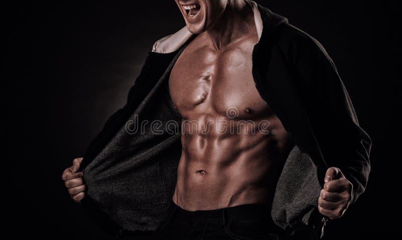 Download Portret Van Gillende Bodybuilder Met Strakke Spieren En Zijn Mou Stock Afbeelding - Afbeelding bestaande uit woede, kickboxing: 54082139