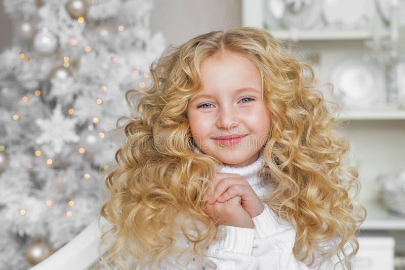 Portret van glimlachend blondemeisje in Kerstmis verfraaide studio royalty-vrije stock afbeelding