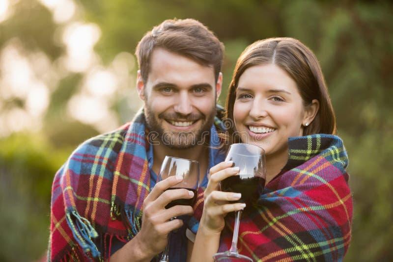 Portret van glimlachend die paar in deken wordt verpakt stock fotografie