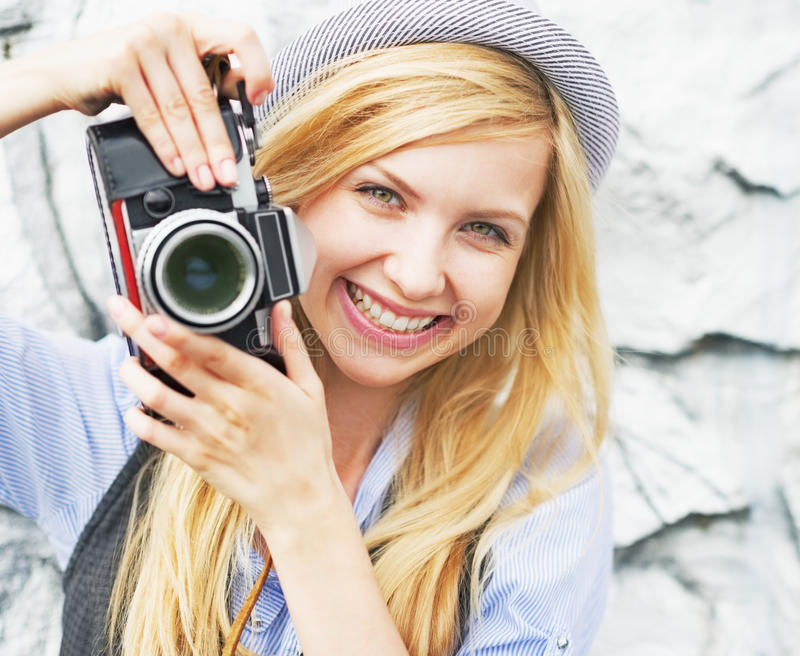 Portret van glimlachend hipster meisje die foto met retro camera maken royalty-vrije stock fotografie