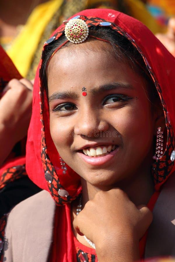 Portret van glimlachend Indisch meisje bij Pushkar-kameelmarkt stock afbeelding