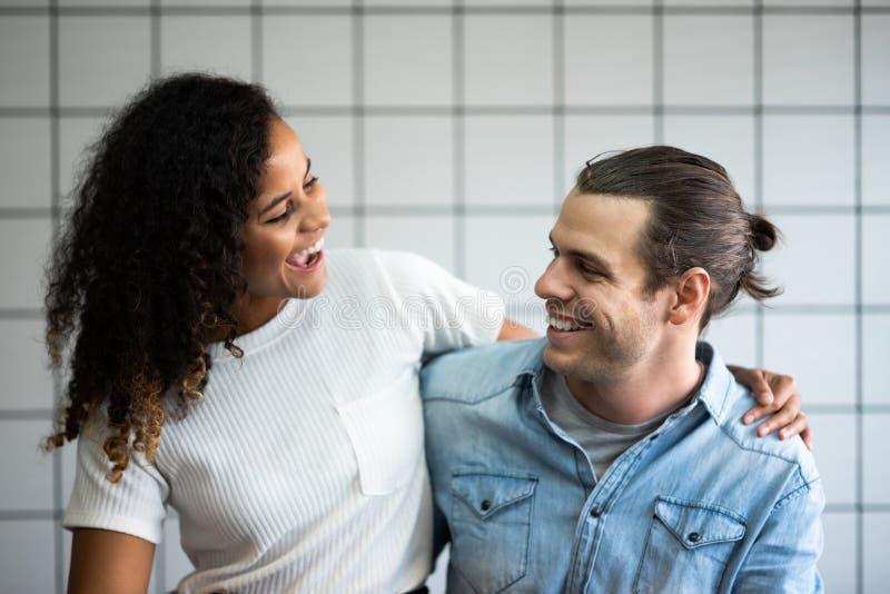 Portret van glimlachend Jong paar in liefde royalty-vrije stock afbeeldingen