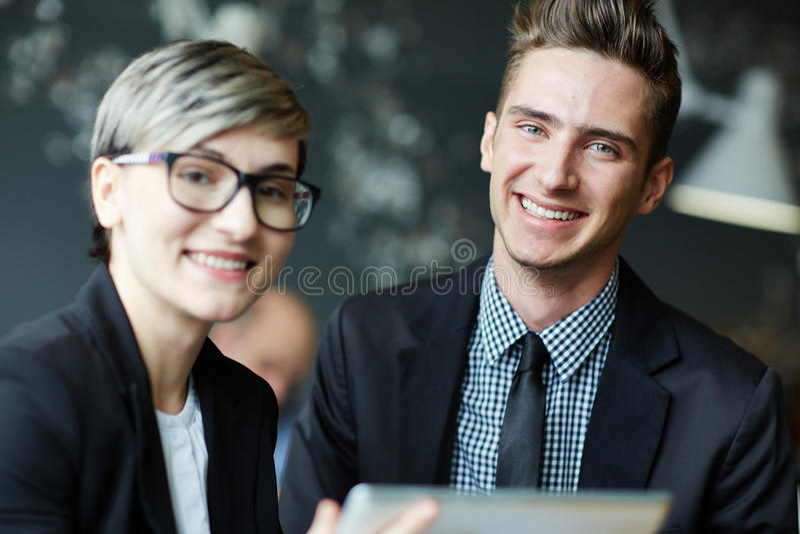 Portret van glimlachend jong zakenlui stock fotografie