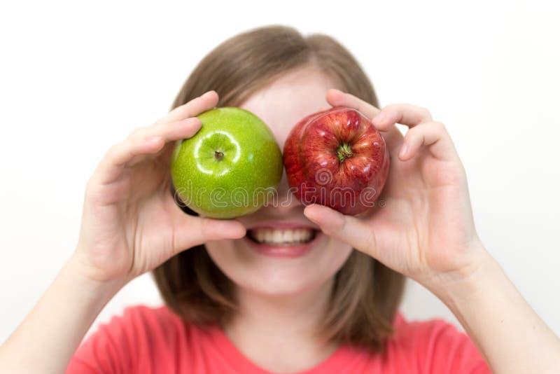 Portret van glimlachend Kaukasisch vrouwenmeisje met groene en rode appelen in haar handen Gezonde levensstijl, fruit vegetarisch royalty-vrije stock foto