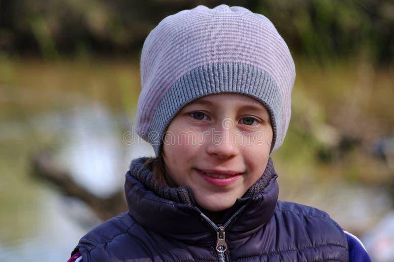Portret van glimlachend leuk meisje met GLB in openlucht op een de lentedag stock fotografie