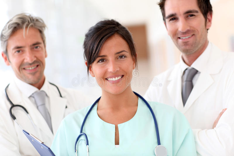 Portret van glimlachend medisch team stock foto's