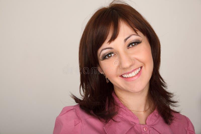 Portret van glimlachend meisje in rood overhemd op wit royalty-vrije stock afbeeldingen