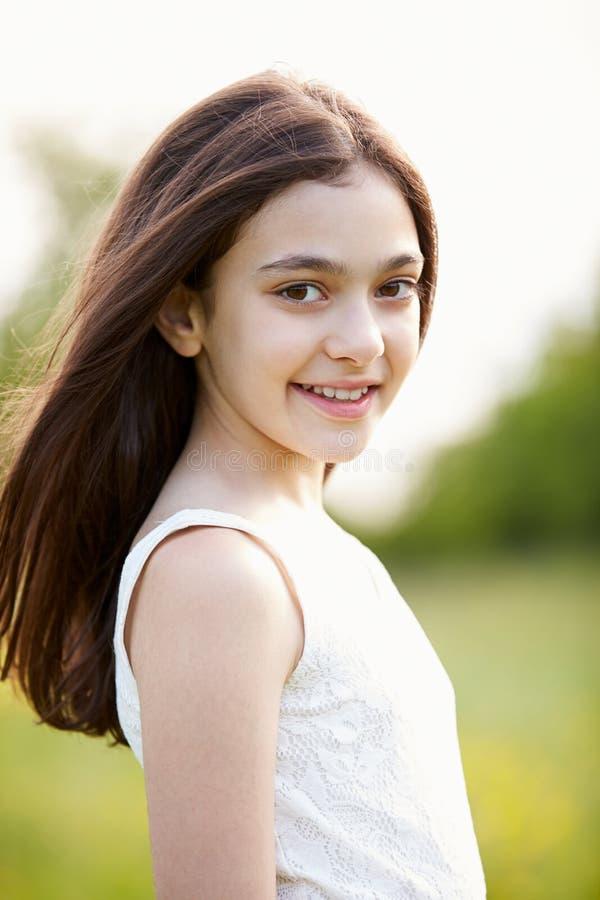 Portret van Glimlachend Spaans Meisje in Platteland stock afbeeldingen