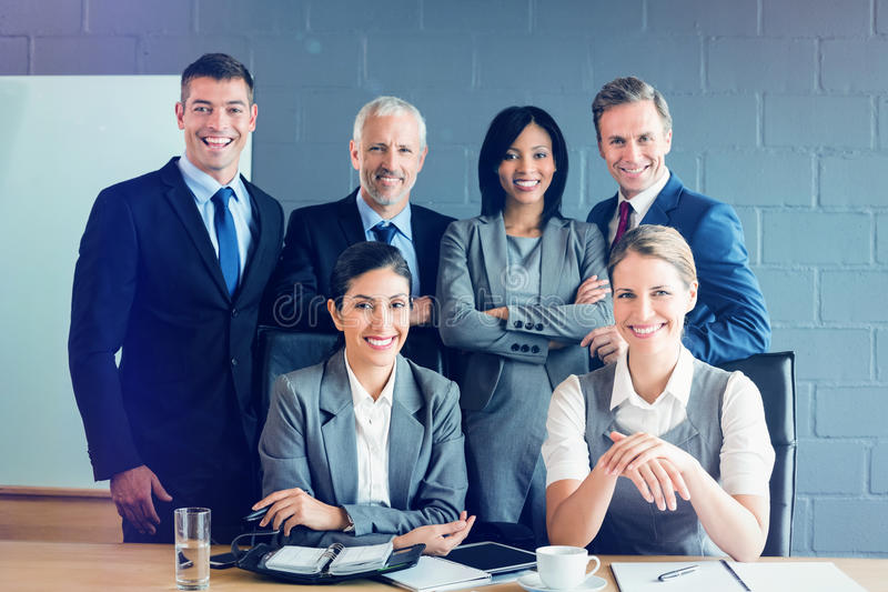 Portret van glimlachende bedrijfsmensen in conferentieruimte stock fotografie