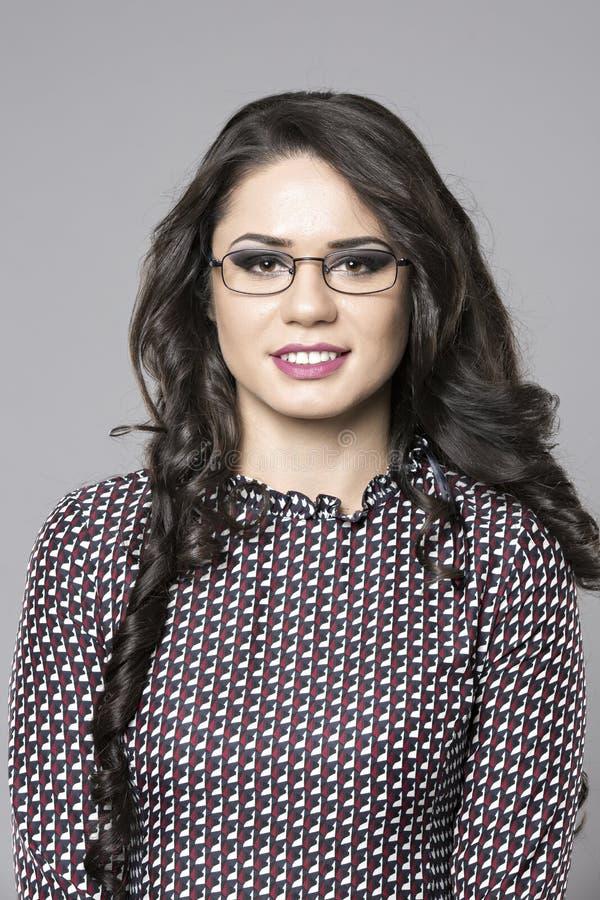 Portret van glimlachende bedrijfsvrouw stock foto's