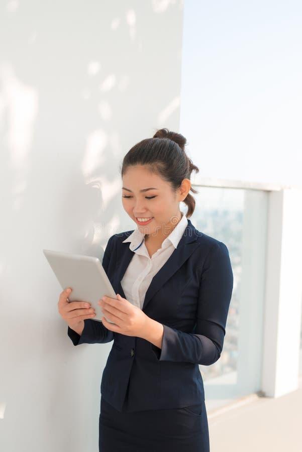 Portret van glimlachende bedrijfsvrouw die tabletpc met behulp van royalty-vrije stock foto