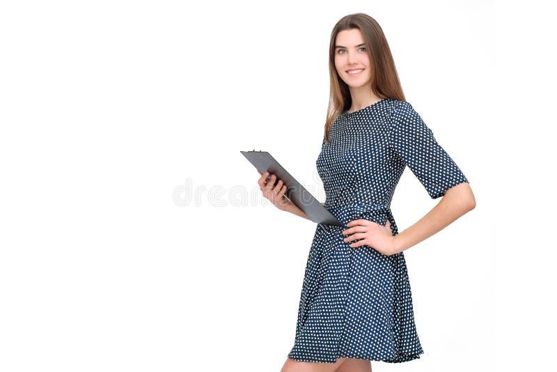 Portret van glimlachende bedrijfsvrouw met document omslag stock afbeeldingen