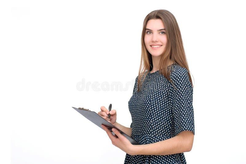 Portret van glimlachende bedrijfsvrouw met pen en document omslag stock afbeeldingen